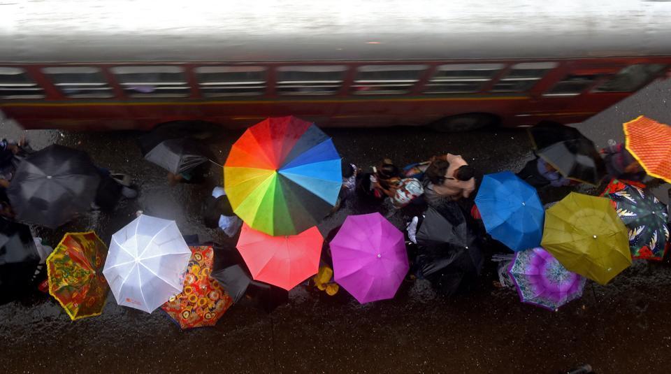 ombrelli sotto la pioggia